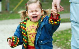 Как справиться с тем, что ребенок плачет перед походом в детский сад.